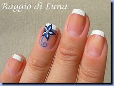 Raggio di Luna Nails: French manicure with blue flower