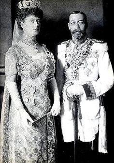 Corona de Diamantes del Estado...,Con el fallecimiento del Rey Eduardo VII, la corona pasará a manos de su sucesor, el Rey Jorge V, de forma que será lucida por su esposa, la Reina Mary.