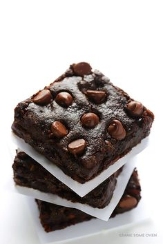 Easy Vegan Brownies made with avocado, coconut sugar, coconut milk, and coconut oil. This vegan brownie recipe will completely blow you away. Healthy Vegan Dessert, Cake Vegan, Vegan Dessert Recipes, Vegan Treats, Brownie Recipes, Vegetarian Recipes, Healthy Food, Decadent Chocolate, Chocolate Desserts
