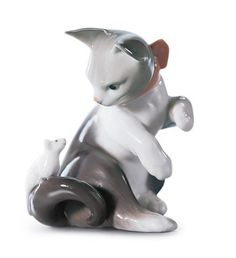 lladro: Lladro 05236 CAT AND MOUSE http://www.lladrofromspain.com/05catandmous.html Size: 3¼ x 2¾