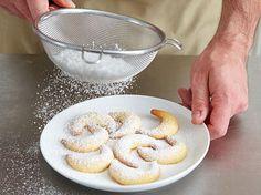 Puderzucker über die Vanillekipferl sieben