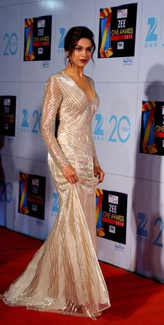 Indian Bollywood actress Deepika Padukone attends the Zee Cine Awards 2013 ceremony in Mumbai on January - Pins Für Alles Indian Bollywood Actress, Bollywood Fashion, Indian Actresses, Bollywood Style, Deepika Padukone Gown, Deepika Padukone Hairstyles, Dipika Padukone, Cocktail Gowns, Indian Hairstyles