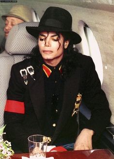 Michael Jackson and Donald Trump Await Take-off for their visit to child AIDS patient Ryan White. Paris Jackson, Jackson 5, Jackson Family, Michael Jackson Bad, Guinness, Rock And Roll, Donald Trump, Ryan White, Trump Picture