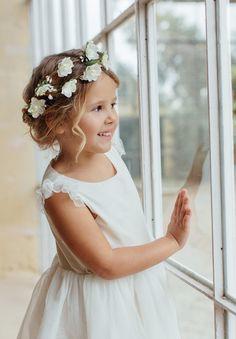 Couronne de fleurs pour cheveux de petite fille et bébé. Peut se porter lors d'un mariage, cérémonie ou encore fête d'anniversaire pour une touche bohème. Cette magnifique couronne de fleurs ajoutera une touche délicate.