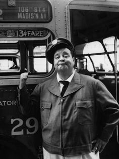 Ralph Kramden aka Jackie Gleason Many of us didn't get to see this show until Nik at Night on cable. What a show! Classic Hollywood, Old Hollywood, Hollywood Stars, Hollywood Icons, Nyc, Jackie Gleason, Old Shows, Vintage Tv, Vintage Black