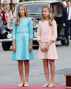 King Felipe, Queen Letizia, Princess Leonor and Infanta Sofia attended the National Day Military Parade in Madrid. Royal Family News, Spanish Royal Family, Royal Families, Hollywood Fashion, Royal Fashion, Leonor Princess Of Asturias, New My Royals, Style Royal, Spanish Royalty