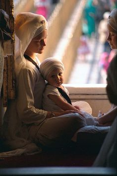 Meditation at the Golden Temple, Hari Mandir Sahib. Modern Madonna and Child We Are The World, People Around The World, Harmandir Sahib, Guru Gobind Singh, India Images, Portraits, Mothers Love, Mother And Child, Madonna
