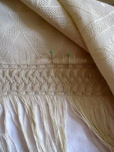 Looks like the fringe is the venue for the macrame. Macrame Wall Hanging Patterns, Macrame Art, Square Knot Bracelets, Macrame Tutorial, Lace Making, Flower Art, Knots, Weaving, Embroidery