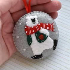 Christmas Fair Ideas, Merry Christmas, Christmas Ornaments To Make, Christmas Tree Decorations, Xmas, Felt Ornaments Patterns, Fabric Ornaments, Christmas Paper Crafts, Felt Crafts