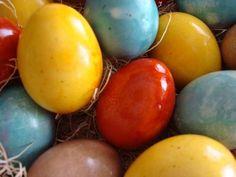 Eier kochen, mit Seife waschen, um Öl zu entfernen                                                          Pink: Rote Rüben, eingelegte Rüben-Saft, Cranberry, Himbeere ~                               Rot: Konserven Kirsche, Granatapfelsaft, roten Zwiebeln Haut ~                             Grün: Spinat ~Brown: Dillsamen, Kaffee, schwarzer Tee, gekochte Walnussschalen ~        Gelb: Safran, Carrot Top, Orangenschalen ~ Orange: gelbe Zwiebelschalen, Currypulver, Karotten, Paprika