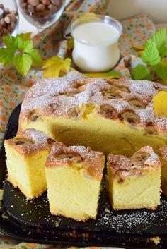 Ciasto z serii szybkich, prostych wypieków, zamiast masła dajemy tutaj słodką śmietankę, jest puszyste i wysokie, banany dodają fajnego posmaku, jedno z moich ulubionych ciast do kawy gdy wpadają niespodziewani goście. Najlepiej smakuje z kubkiem mleka.Polecam!