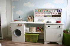 """Dies ist die kleine Küche unserer Tochter. Wir haben sie ihr zum 3ten Geburtstag """"gebastel"""
