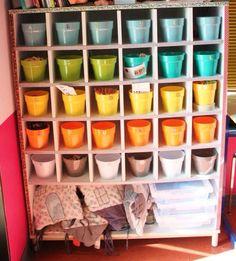 En réponse à MILYA, je t'envoie une photo de mes ateliers de type MONTESSORI que j'ai placés dans des cache-pots pour les d'activités nécessitant peu de matériel. Le meuble à cases s'y prêtait bien, mais on peut placer ces petits pots sur une étagère....
