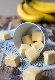 Kun olin julkaissut helmikuussa vaahtokarkkien reseptin, sain Facebookin kommenteissa kiinnostavan ehdotuksen: banaanivaahtokarkit. Hetki piti makustella asiaa. Miten aidon banaanin saisi ujutettua vaahtokarkkimassaan? Banaanihan tahtoo tummua käytössä ja vaahtokarkkien sileä rakenne asettaa omat haasteensa. Sitten tuli mieleen banaanijauhe, jota olen käyttänyt aiemmin esimerkiksi granolan makeuttajana. Jauhe on 100-prosenttista banaania, sävyltään vaaleankeltaista ja hyvin hienojakoista…
