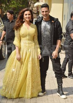 Akshay Kumar and Parineeti Chopra launched a new song from the film today.Akshay Kumar and Parineeti Chopra at the launch of Teri mitti from Kesari Indian Actress Hot Pics, Indian Bollywood Actress, Bollywood Girls, Beautiful Bollywood Actress, Most Beautiful Indian Actress, Bollywood Fashion, Bollywood Stars, Bollywood Theme, Bollywood Bikini