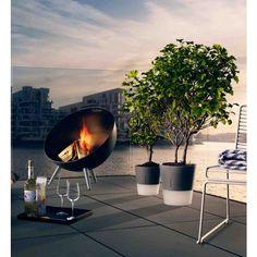 La chimenea FireGlobe destaca la belleza de las llamas con su forma escultural. El FireGlobe es el lugar de reunión perfecto para la familia y amigos en el jardín o en la terraza. El fuego no sólo crea un ambiente acogedor, sino también da calor,