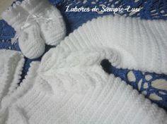 MATERIALES - 2 ovillos de lana bebé 2/c en color blanco - Agujas 2 1/2 - Agujas auxiliares guardapuntos - Ganchillo nº 2 mm ...