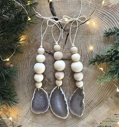 These agate slice ornaments are the perfect addition to your natural Christmas decor. Buy as a single ornament or in a set of three. Natural raw wooden beads Agate slice (shape may vary) Custom orders always welcome Bohemian Christmas, Modern Christmas Decor, Minimal Christmas, Farmhouse Christmas Decor, Rustic Christmas, Simple Christmas, Natural Christmas Tree, Scandinavian Christmas Decorations, Coastal Christmas