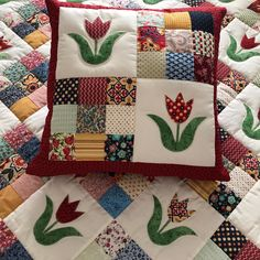 "Képtalálat a következőre: ""tutorial travel pillows tamanhos"" Quilt patchwork with applications of tulips. Image is for the tutorial to make a travel pillow. Log cabin style quilt block with colour on 1 side and white Tuscany Villa Quilted Mug Rugs Patch Quilt, Applique Quilts, Mini Quilts, Baby Quilts, Patchwork Cushion, Quilted Pillow, Quilt Block Patterns, Quilt Blocks, Quilting Projects"