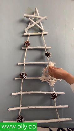 Christmas Decor Diy Cheap, Diy Christmas Ornaments, Christmas Crafts, Diy Wall Decor For Bedroom, Diy Wall Art, Alternative Christmas Tree, 5 Minute Crafts Videos, Macrame Patterns, Fabric Jewelry