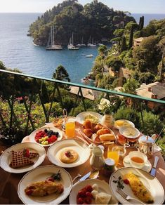 breakfast overlooking the water in Italy Europe Best Picture For Travel Ideas . Travel Aesthetic, Aesthetic Food, Comida Picnic, Good Food, Yummy Food, Awesome Food, Dream Vacations, Summer Vacations, Food Porn