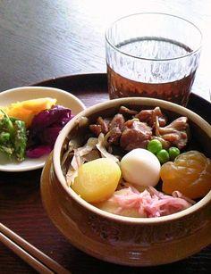 釜飯とお新香 Kamameshi - (Rice, Meat, Veg. in small pot) with O-Shinko (Pickled Vegetables)
