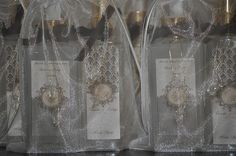 um kit composto:    1 frasco de sabonete liquido    1 frasco de home Spray    os kits foram embalados num saquinho de organza.    As cores usadas foi o nude com marrom.