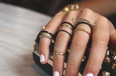 Hogyan rétegezd úgy a gyűrűket, mint Rihanna? Ha valaki, akkor Rihanna mindig képes a legtöbbet kihozni a legújabb divatból: most éppen az ujjait ékszerezte fel úgy, hogy kedvünk lenne azonnal bevásárolni néhány gyűrűt. Az énekesnő az Instagramján mutatta meg nekünk a kedvenc kiegészítőit.