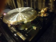 Techchnics SL 1200 Limited Edition in gold