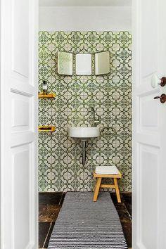 Casinha colorida: Revestindo as paredes dos banheiros/lavabos
