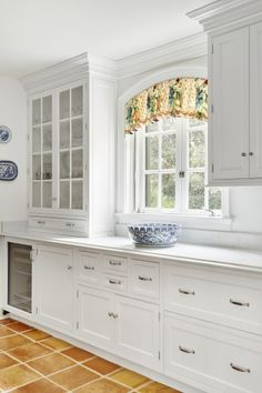 KDW Home creates sophisticated and elegant custom kitchen and bath designs, remodels and renovations. Kitchen Curtain Designs, Kitchen And Bath Design, Home Decor Kitchen, New Kitchen, Home Kitchens, Diy Cabinets, Kitchen Cupboards, Rideaux Design, Sunflower Kitchen Decor
