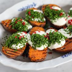 """Köket.se on Instagram: """"Dra! På! Trissor!! Grillad sötpotatis med gräddfil och chili - vi kommer inte grilla NÅNTING annat på hela sommaren (kanske lite andra…"""" Food N, Good Food, Food And Drink, Yummy Food, Vegetarian Barbecue, Vegetarian Recipes, Smoking Recipes, What To Cook, Nutritious Meals"""