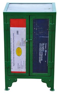 Nachtkastje van gercycled ijzer. Bij WAAR €159,95. Fairtrade.