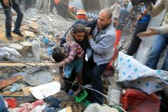 A Palestinian man carries the dead body of a child from the al-Dallu family out from the rubble after an Israeli missile struck a family home killing at least seven members of the same family in Gaza City on November Post Mortem Pictures, Post Mortem Photography, Gaza Strip, Family Outing, Growing Up, Shit Happens, Children, Palestine, Pray