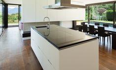 Moderne keuken met kookeiland in composiet