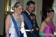 Finsk statbesøk, kronprinsessen med brukket ankel og vakre blomster-tiaraen i diamanter og treraders perlehalsbånd.