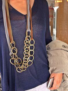 Collar largo, realizado con cinta de antelina en distintos tonos y cadena oro viejo.  Para más información o venta, contactar: cc_carrera@yahoo.es