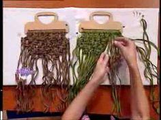 Patricia Belvedere – Welcome TV – Crochet un portefeuille. Macrame Purse, Macrame Art, Macrame Projects, Macrame Knots, Macrame Jewelry, Macrame Bracelets, Micro Macramé, Crochet Bracelet Tutorial, Macrame Patterns