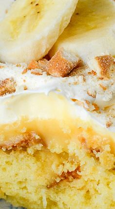 banana pudding I'm sure you all know by now how much I adore POKE CAKES! This BANANA LUSH version, is one of the best you will ever try! I have so many on the site and yes, I will hav Banana Cake Mix, Banana Pudding Cake, Banana Bread, Köstliche Desserts, Delicious Desserts, Lemon Desserts, Health Desserts, Plated Desserts, Banana Recipes