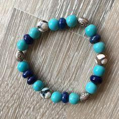 Armband van 8mm magnesiet, 8*5mm lapis lazuli, beige Tibet agaat en metalen sierkralen. Van JuudsBoetiek, te bestellen op www.juudsboetiek.nl.