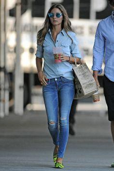 Olivia Palermo Siempre perfecta, con denim total look y bailarinas flúor de camuflaje de Pretty Ballerinas.