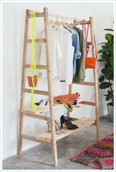 Un sencillo DIY con el que convertir una vieja escalera de pintor en un fantástico perchero o armario ropero que puedes colocar en cualquier habitación.