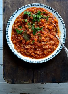 A hearty, comforting and healthy vegetarian cannellini bean stew with a rich tomato and rosemary sauce - a delicious meat free Monday supper! Vegetarian Dinners, Vegan Vegetarian, Italian Recipes, Vegan Recipes, Curry Stew, Bean Stew, Slow Food, Budget Meals, Meals For One