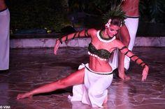 tahitian dancer Polynesian Dance, Polynesian Culture, Tahiti Vacations, Islas Cook, Tahitian Costumes, Inspire Dance, Tahitian Dance, Tahiti Nui, Exotic Dance