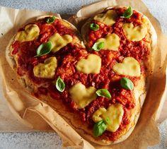 Herz-Pizza Eine Pizza Margherita zum Muttertag oder Valentinstag in Herzform mit Käseherzen belegt