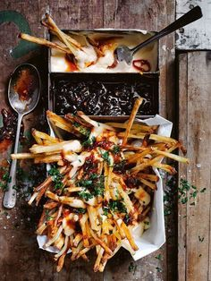 Frites au four, sauce à la bière et au fromage - Ditch the fast food fries for these heavenly loaded fries with cheese and beer sauce. Oh boy, one taste of these and you're set for life! Think Food, Food For Thought, Love Food, Vegetarian Recipes, Cooking Recipes, Healthy Recipes, Cooking Bacon, Cooking Games, Fingers Food