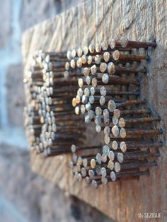 Dès la porte d'entrée, du made in Sezigue est présent. Un morceau de bois qui traine par là et quelques vieux clous : la maison est estampillée. Son numéro fabriqué puis posé, voici une adres…