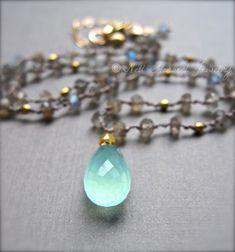 He encontrado este interesante anuncio de Etsy en https://www.etsy.com/es/listing/153578614/gemstone-necklace-aqua-chalcedony-and