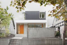 Site A 40' x 120' lot in in Seattle's East Capitol Hill neighborhood that sits on a well-traveled tree lined arterial.  Program Our clients wanted an economical, efficient, low-maintenance housewithground floor living areas that extend out t