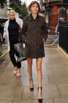 Alexa Chung  La it girl, durante la fashion week de Londres, con abrigo de estampado de leopardo y salones con pulsera, de Burberry.